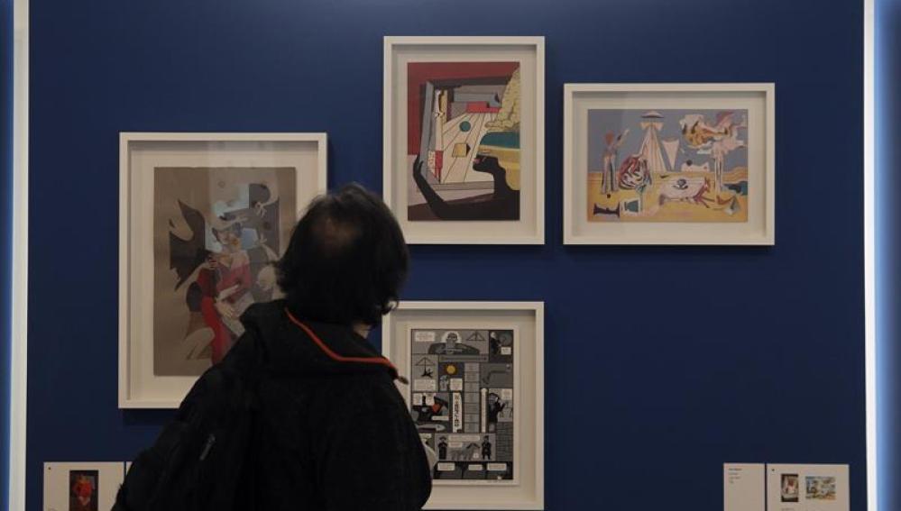 Un visitante observa algunas de las obras de la exposición