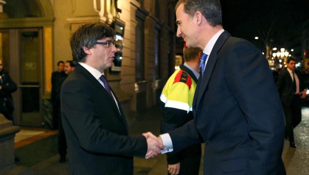 El Rey y Carles Puigdemont se saludan por primera vez