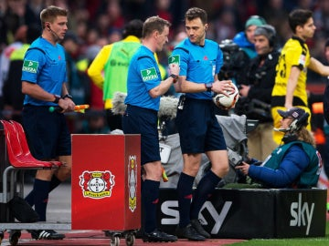 El árbitro del Leverkusen - Dortmund abandona el partido