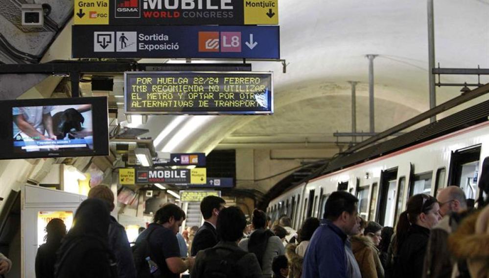Vista de un panel informativo de la huelga que llevará a cabo el Metro de Barcelona