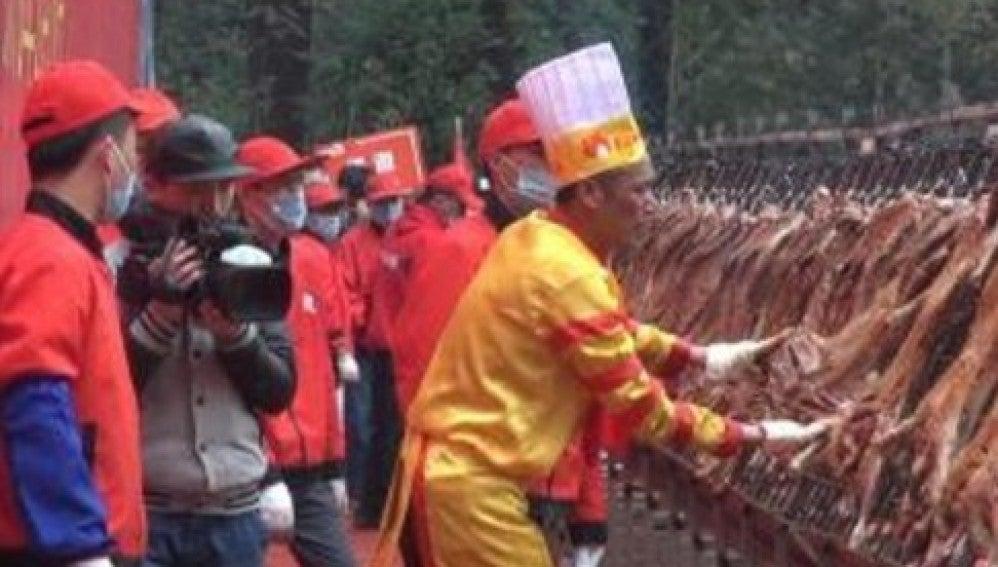 """El """"maestro asador"""" chino logra su tercer Guiness por asar 216 corderos a la vez"""