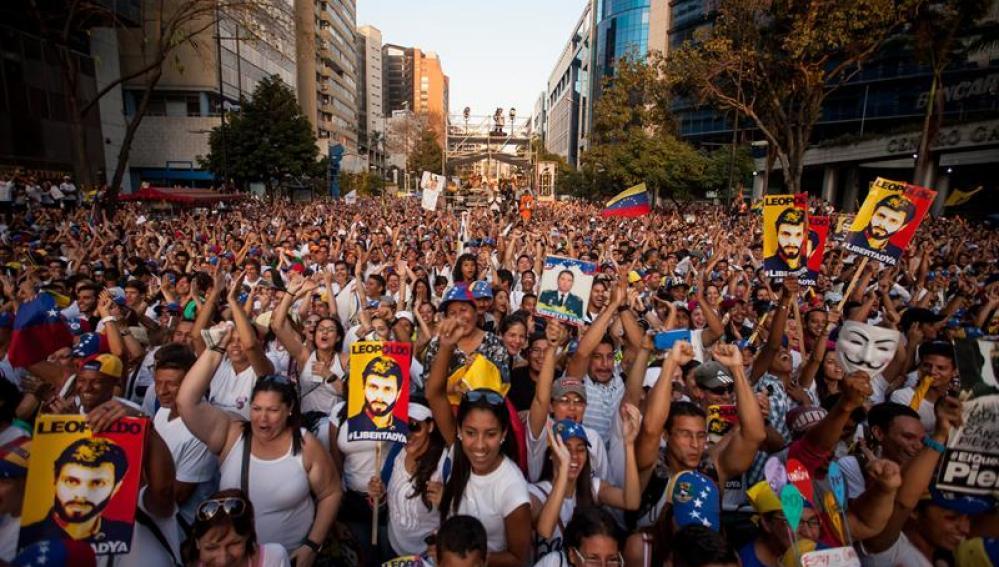 Cientos de personas participan una manifestación