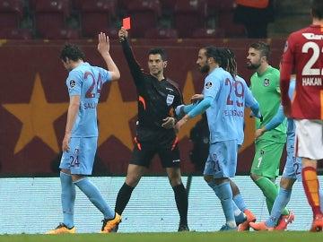 Deniz Ates Bitnel, árbitro turco, expulsando a un jugador