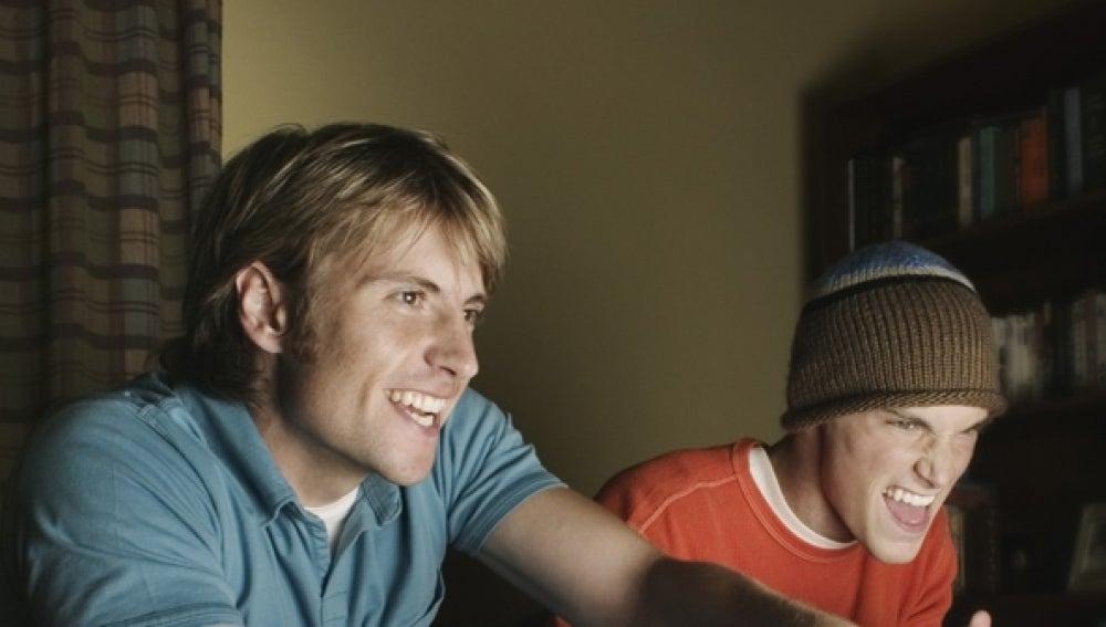 Dos jóvenes juegan a un videojuego