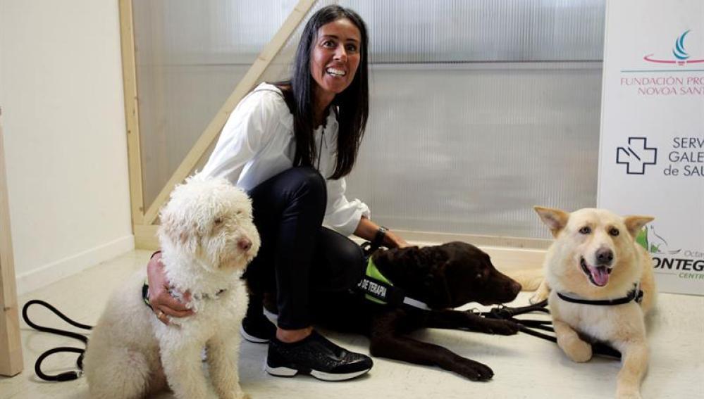La presidenta de la fundación María José Jove, con los perros de la terapia, Fusco, Marrón y Venus