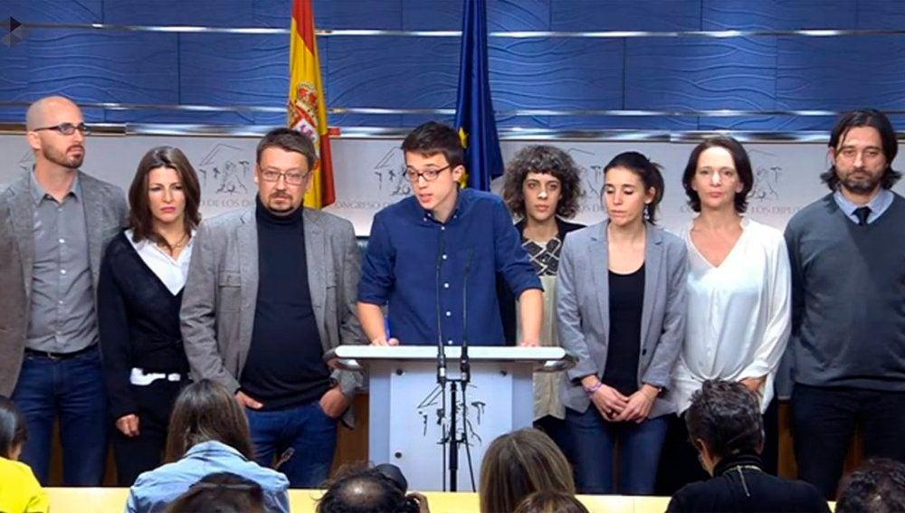 Errejón y su equipo durante la rueda de prensa en el Congreso