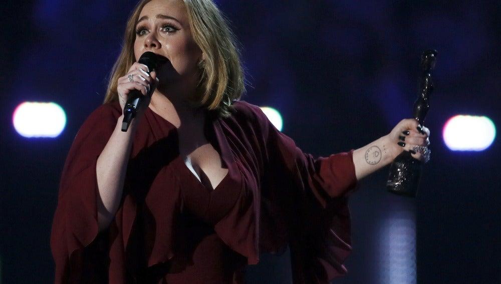 Adele recoge uno de sus premios Brit