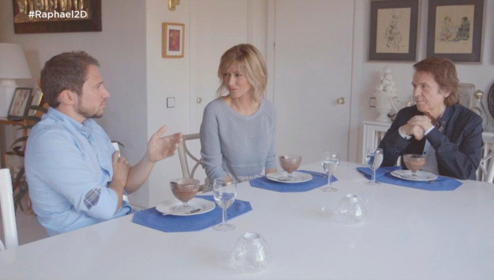 Susanna Griso charla con Raphael y su hijo Manuel