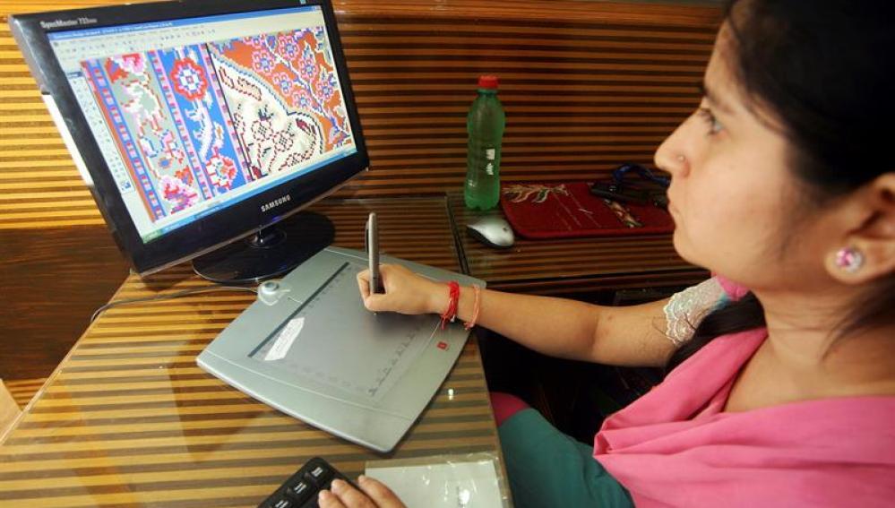 Una mujer trabaja con un ordenador