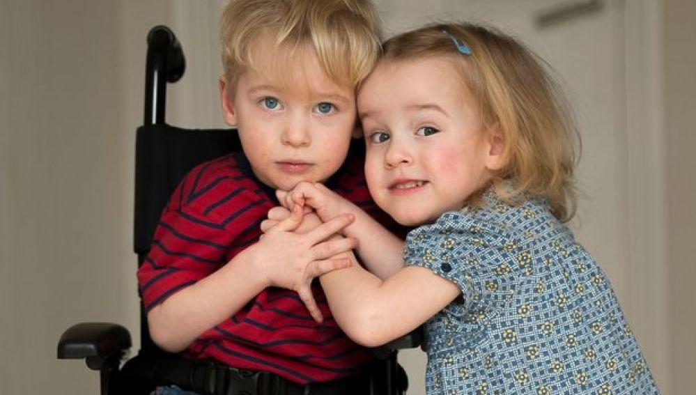 Un niño de tres años pide unas ' piernas mágicas' para caminar como su hermana