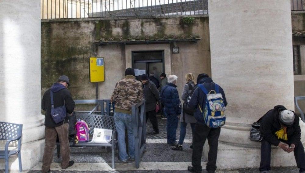 Un grupo de personas sin hogar acude al centro médico en la plaza de San Pedro