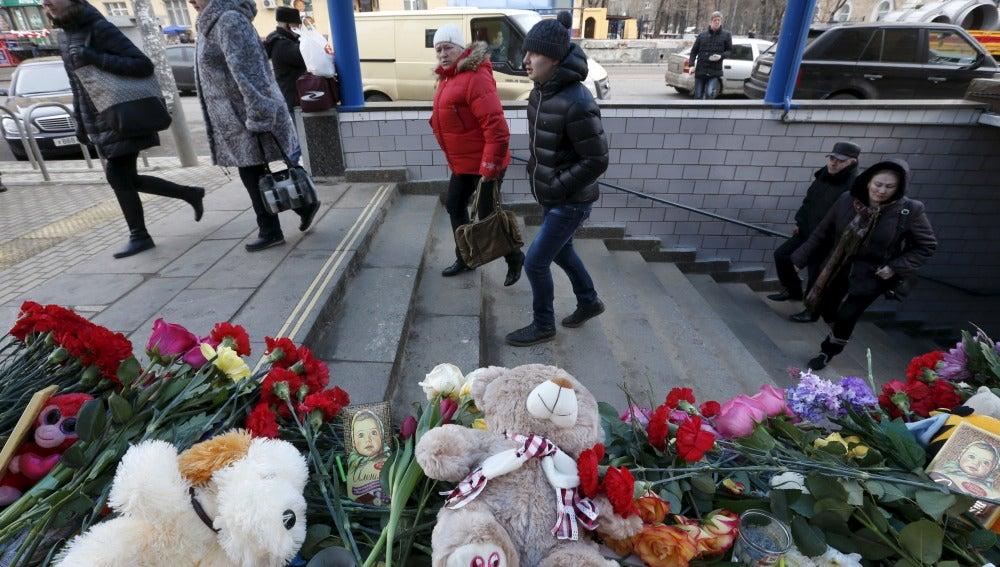 Flores y peluches en recuerdo de la niña asesinada en Moscú