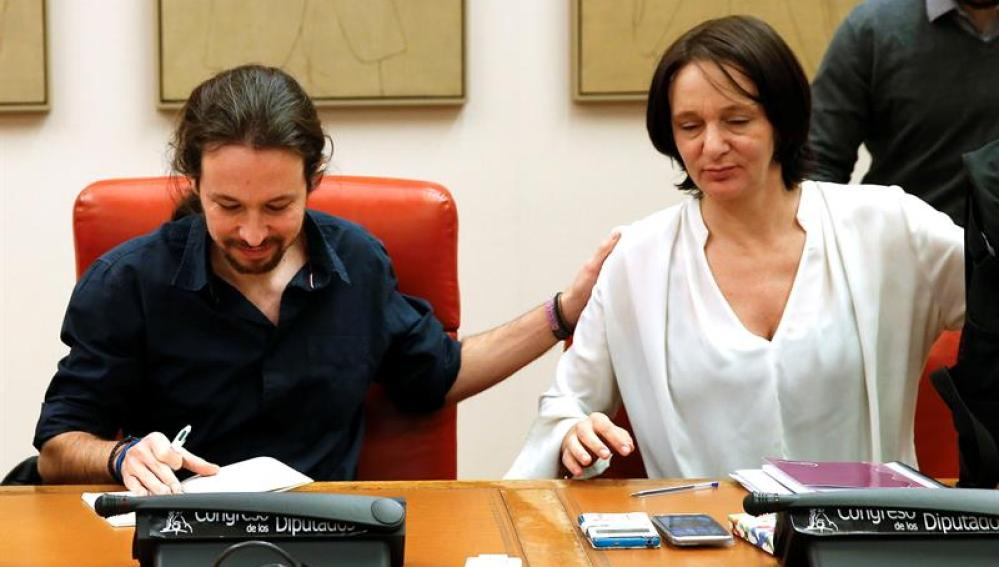 Pablo Iglesias junto a Carolina Bescansa, durante un reunión en el Congreso