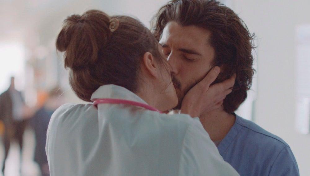 Belén besa a Víctor
