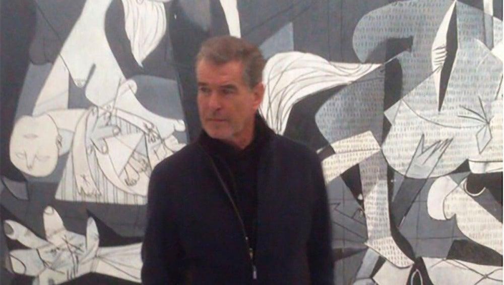 Pierce Brosnan frente a 'El Guernica'