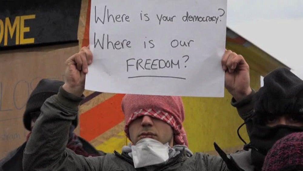 Inmigrantes en Calais se cosen la boca en protesta por su situación