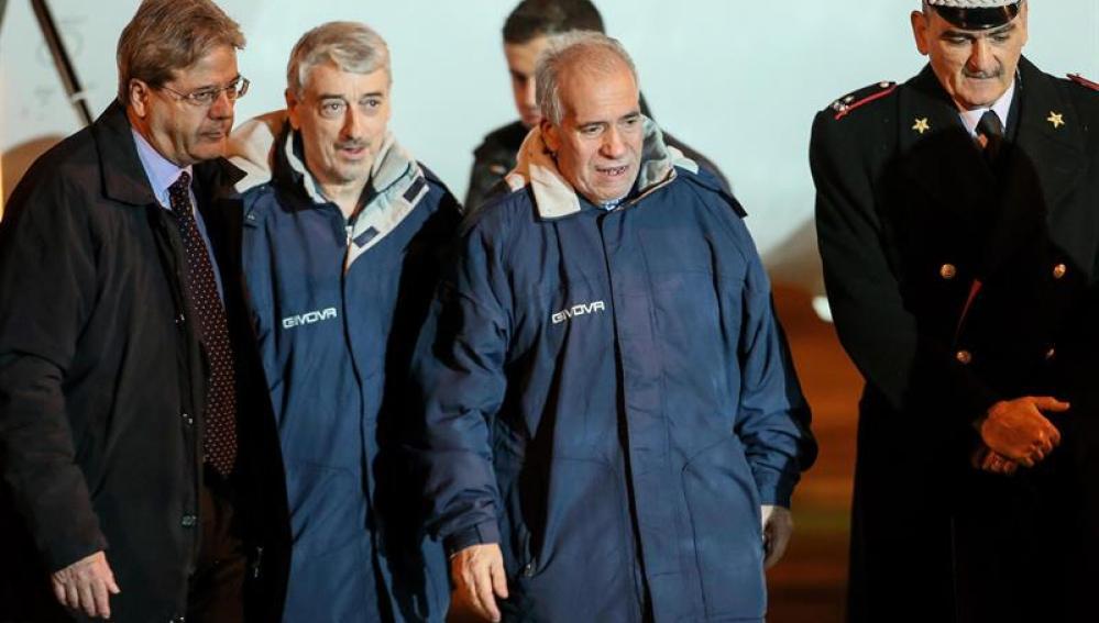 El canciller italiano Paolo Gentiloni recibe a los secuestrados