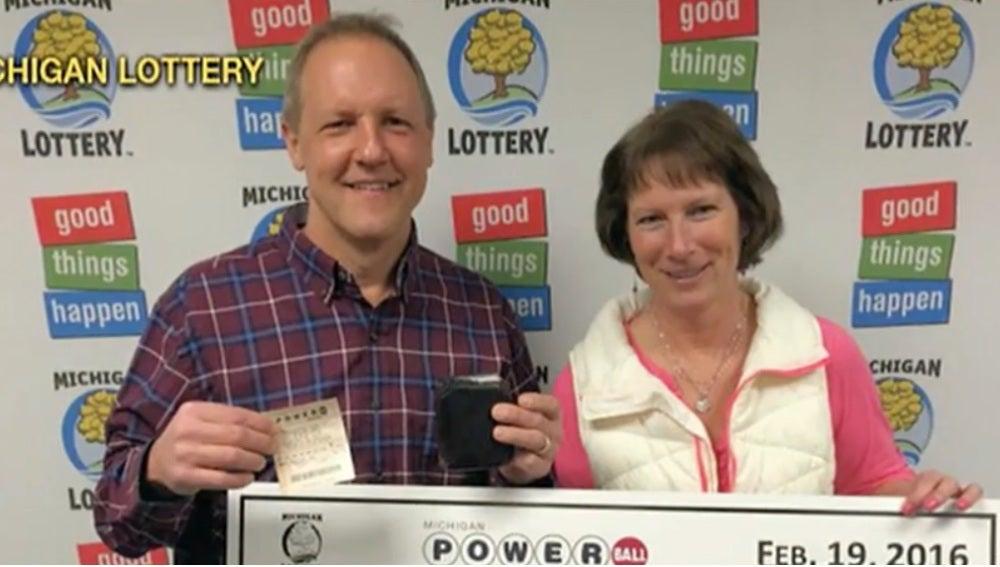 Llevaba un boleto de lotería premiado con un millón de dolares sin saberlo