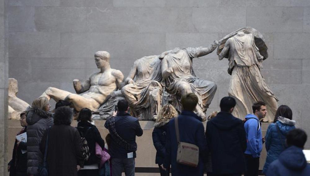 Visitantes observan las esculturas de la colección Mármoles de Elgin en el Museo Británico