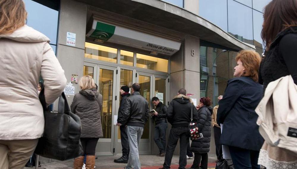 Personas esperan a las puertas de una oficina de empleo