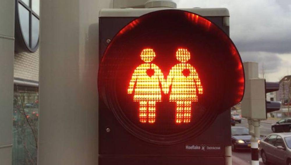 Semáforo con una pareja homosexual en Utrecht