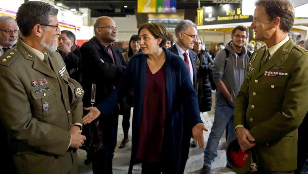 Ada Colau, junto a unos militares en el Salón Enseñanza