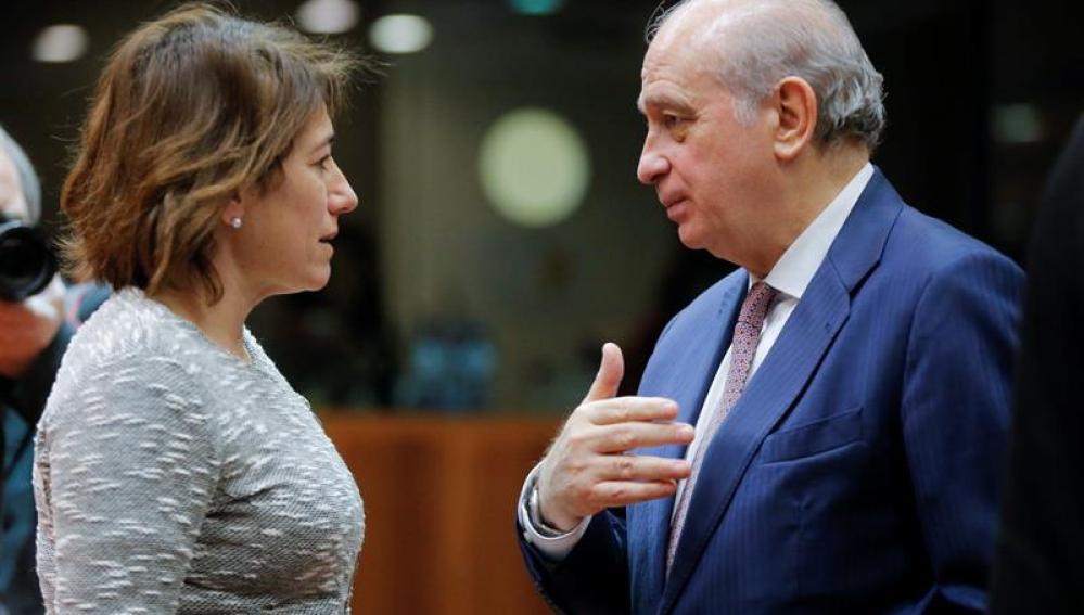 El ministro del Interior, Jorge Fernández Díaz, conversa con su homóloga portuguesa, Constança Urbano de Souza