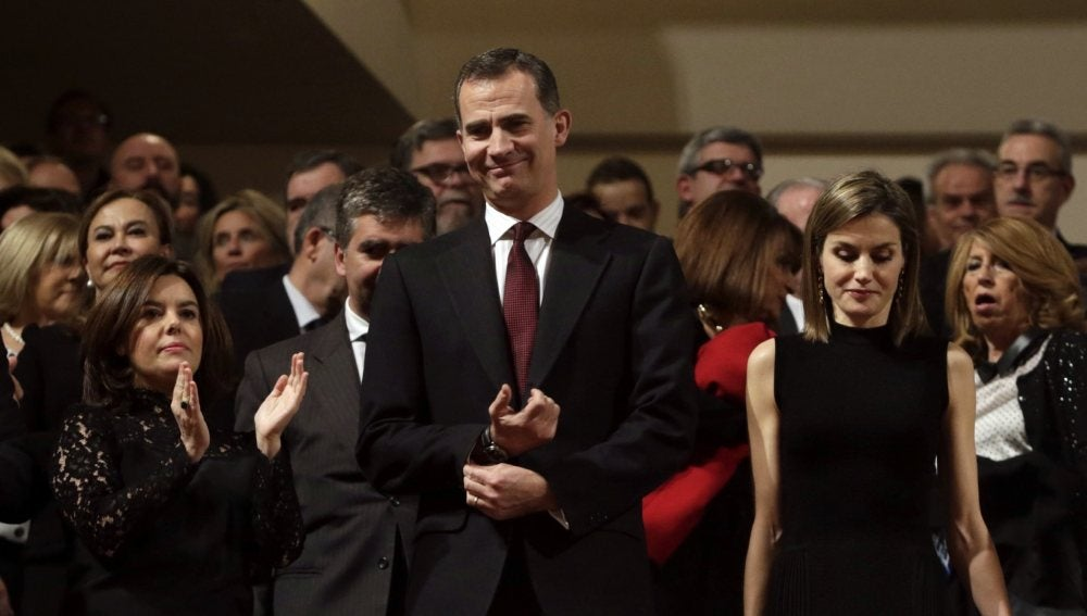 Felipe VI y la Reina Letizia, junto a la vicepresidenta del Gobierno en funciones, Soraya Sáenz de Santamaría