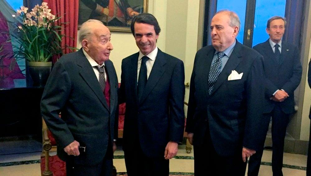 José María Aznar, junto al embajador de España en Roma, Javier Elorza, y el profesor italiano Giovanni Sartori (i)