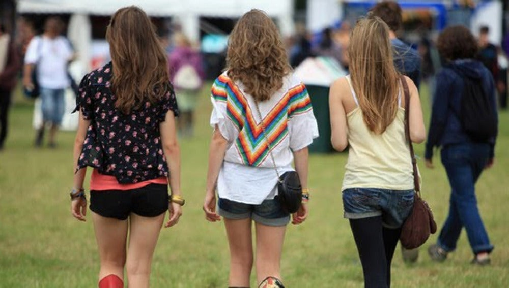 Imagen de tres chicas jóvenes de espalda