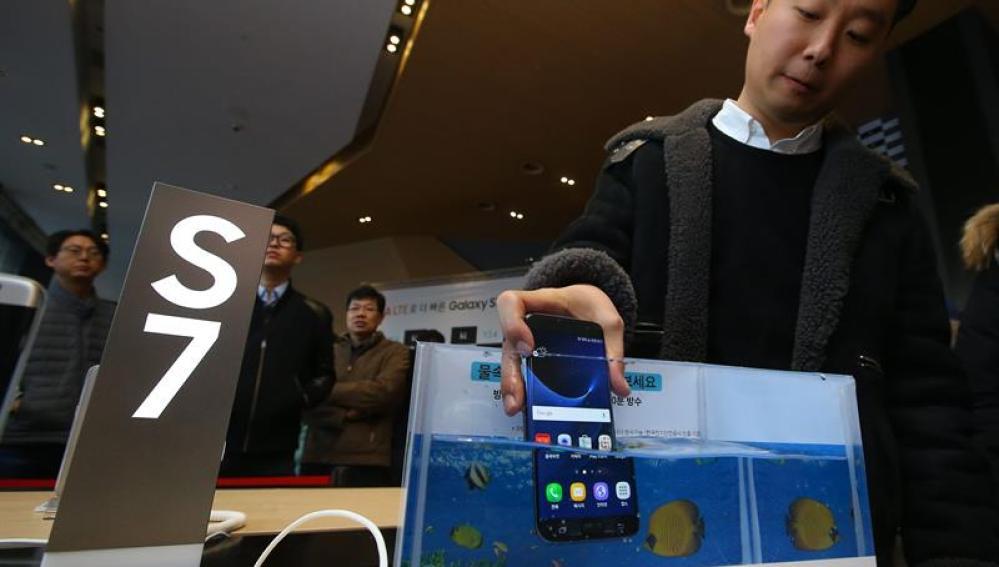 Un cliente sumerge el nuevo Galaxy S7