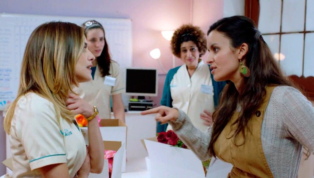 Elena plantea a Carmen irse de cooperación a África