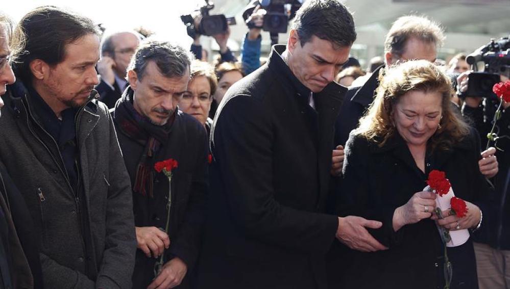 Pilar Manjón deposita flores en uno de los homenajes de las víctimas del 11-M