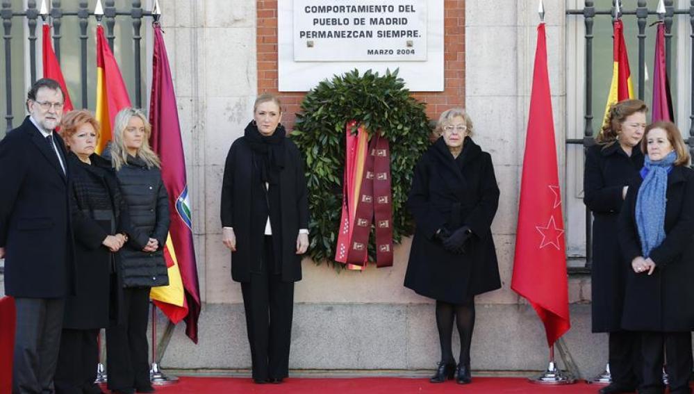 Manuela Carmena y Cristina Cifuentes durante los actos del 11-M
