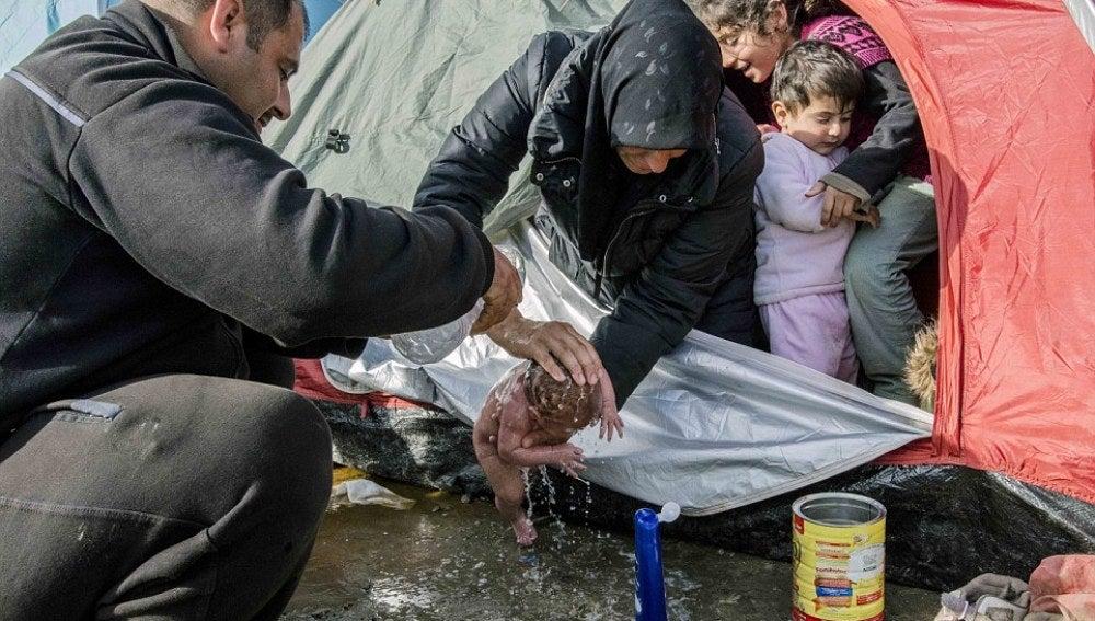 Sulaf lava a su bebé en el charco
