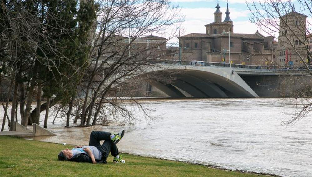 La crecida del Ebro llega a Zaragoza con 1.357 metros cúbicos por segundo y 4 metros de altura