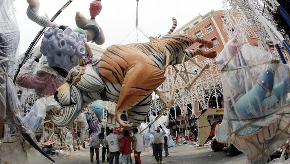 Un enorme tigre y otras creaciones son colocadas en la falla Sueca/Literato Azorín
