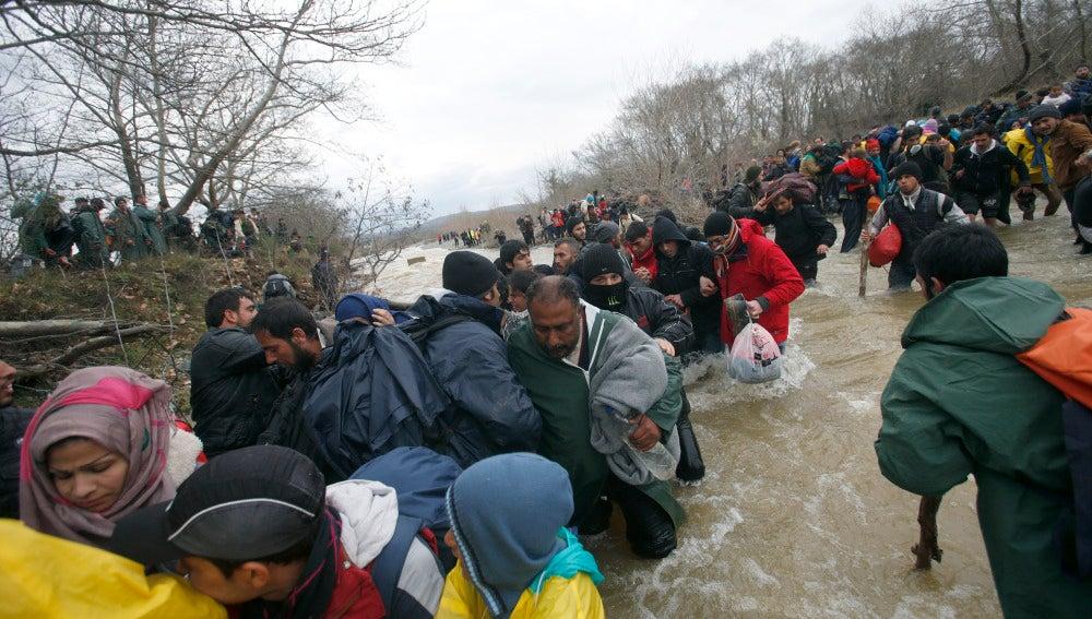 Los refugiados han cruzado un río para atravesar la frontera