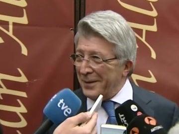 Enrique Cerezo, sonriente ante los medios