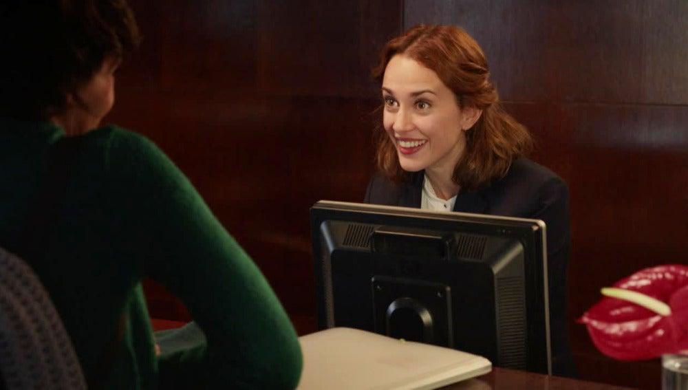 Caral deja su CV en el hotel de Adela