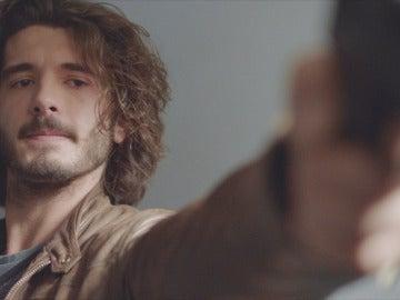 Víctor apunta con la pistola