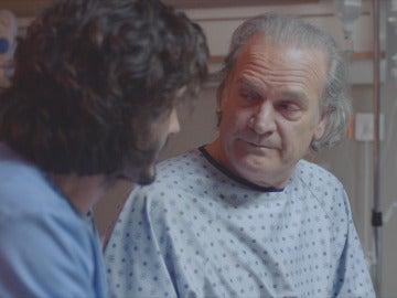 Víctor habla con el comisario Casas en el hospital
