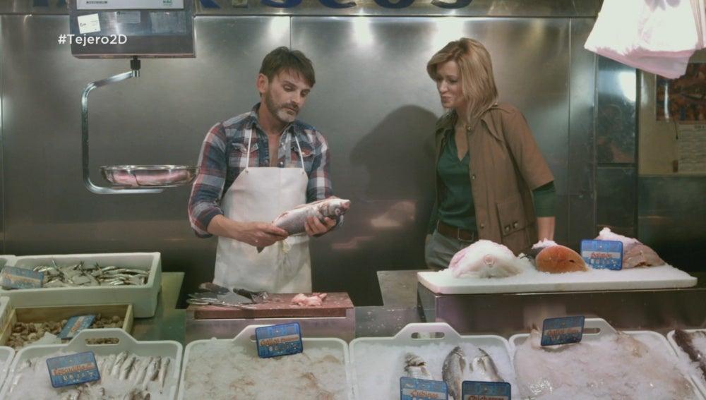 Fernando Tejero le enseña a Susanna Griso cómo se limpia el pescado