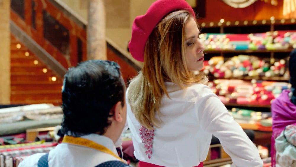 Carmen pide ayuda a 'pespuntes' para vestirse de vasca