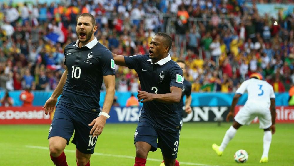 Benzema y Evra celebran un gol con la selección francesa