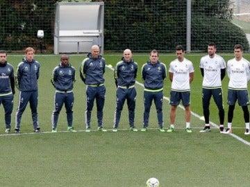 La plantilla del Real Madrid guardando un minuto de silencio