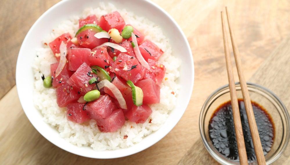 El poké, el bol de arroz con pescado crudo que está de moda.