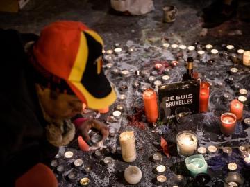 Un hombre, durante un homenaje tras los atentados en Bruselas