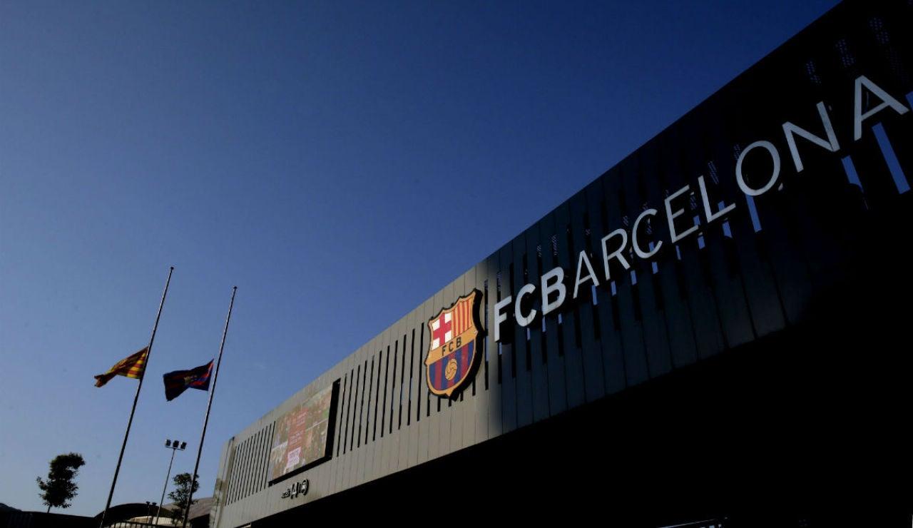 Instalaciones del Barcelona con banderas a meda asta por la muerte de Cruyff