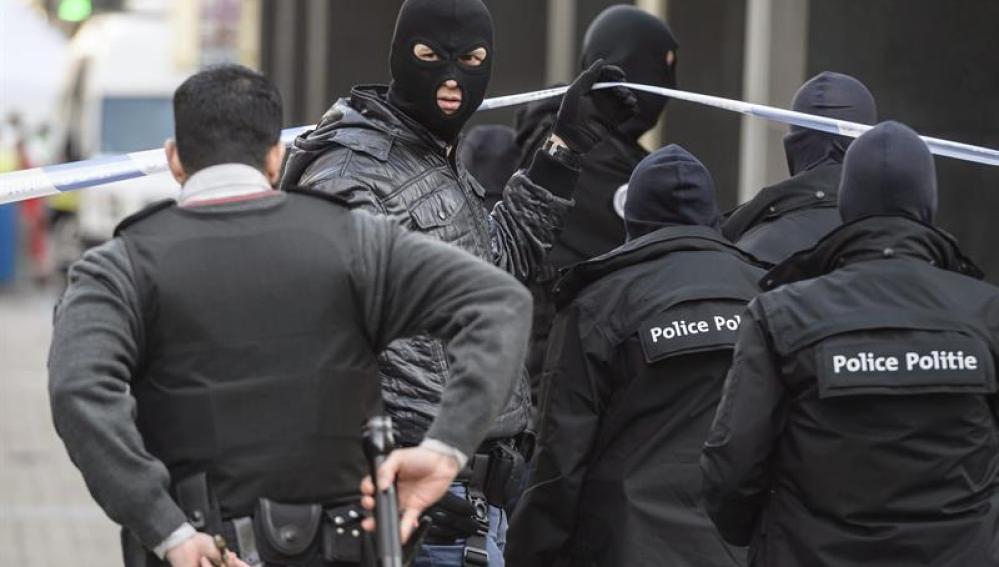 La policía belga patrullando las calles